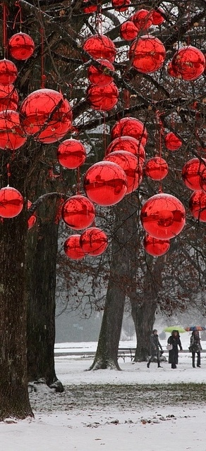 Amazing outdoor christmas decorations balsam hill for Outdoor christmas baubles