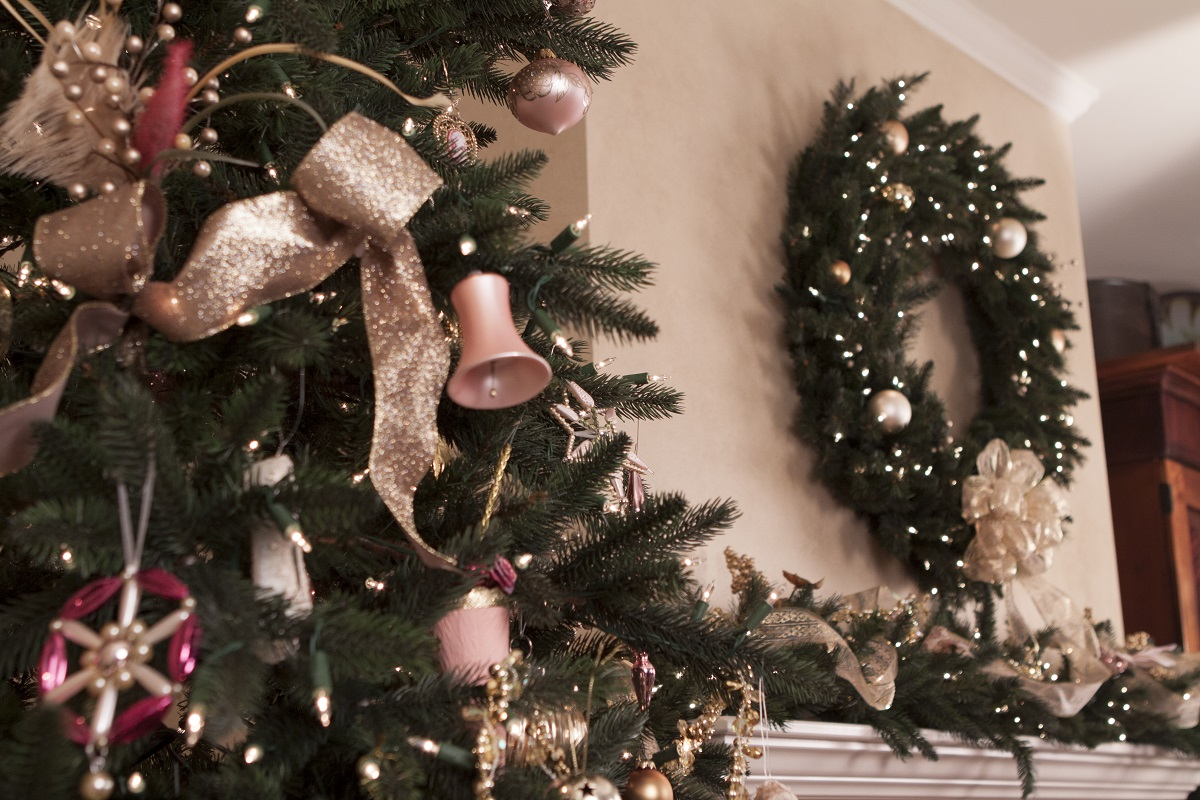 dagmar obert uses a ribbon swag in tones of pink and gold - Pink And Gold Christmas Decorations