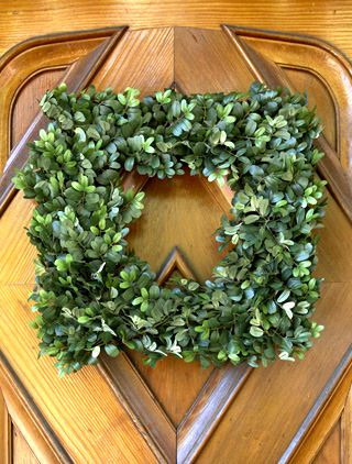 Our simple yet truly sophisticated Boxwood Wreath features elegant leaves
