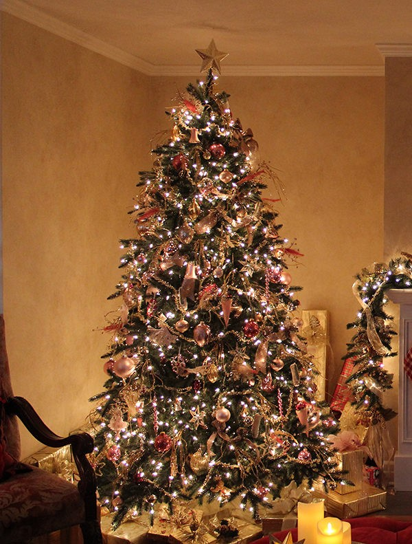choosing the ideal tree topper for your christmas tree balsam hill artificial christmas trees blog. Black Bedroom Furniture Sets. Home Design Ideas