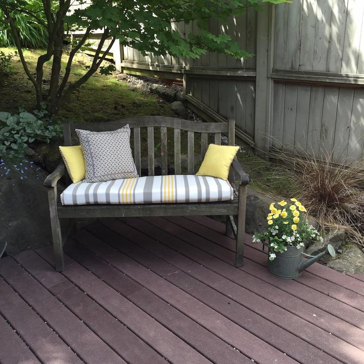 Dagmar's yellow and grey seat