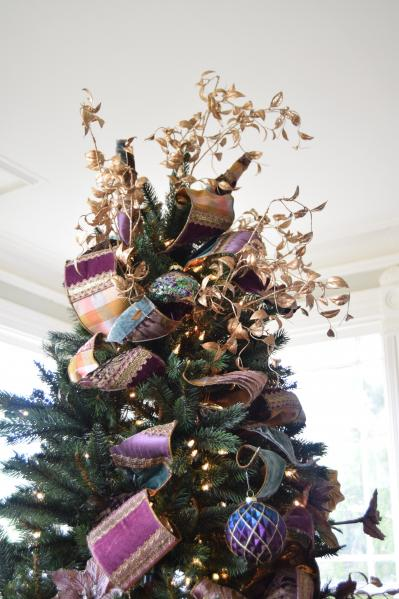 Tree topper made of floral picks and ribbon