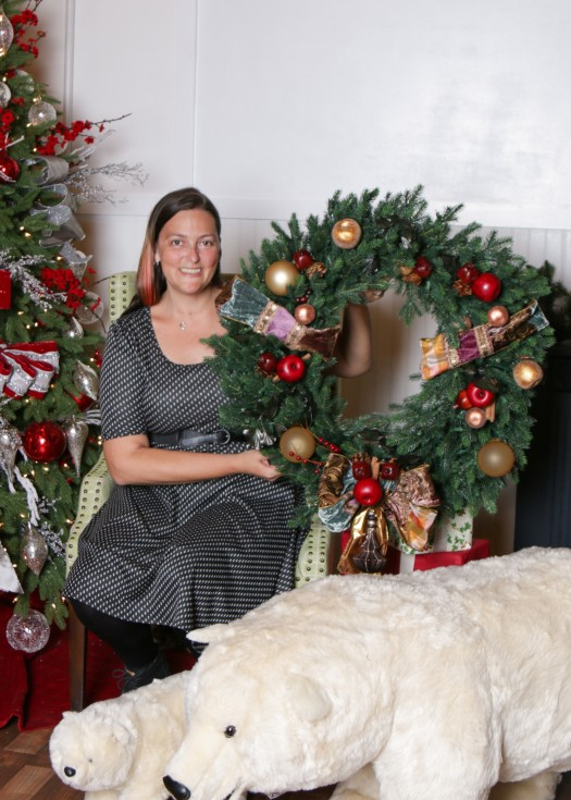 Lizz posing with her wreath