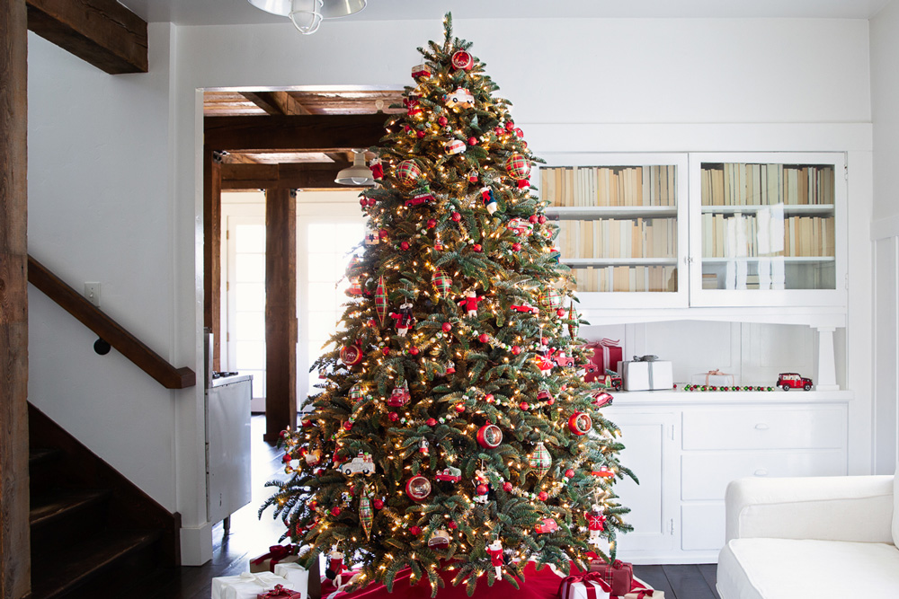 red, green, and gold decorated artificial Christmas tree