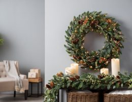 how to fluff a wreath and garland for display